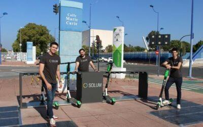 Solum instala en Sevilla el primer punto de carga sostenible para patinetes